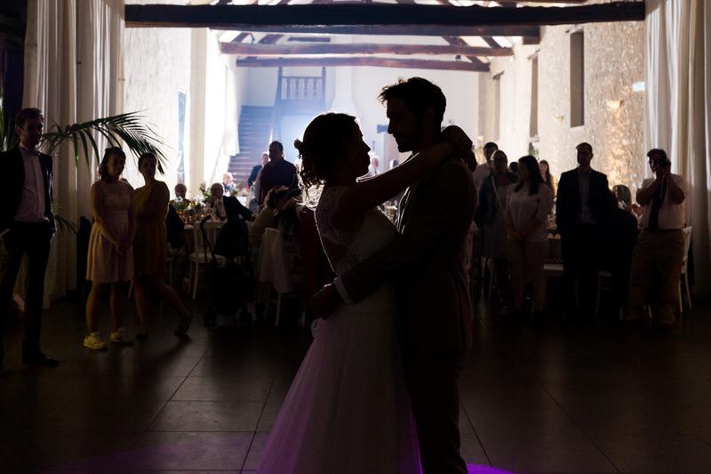 les mariés font leur première danse