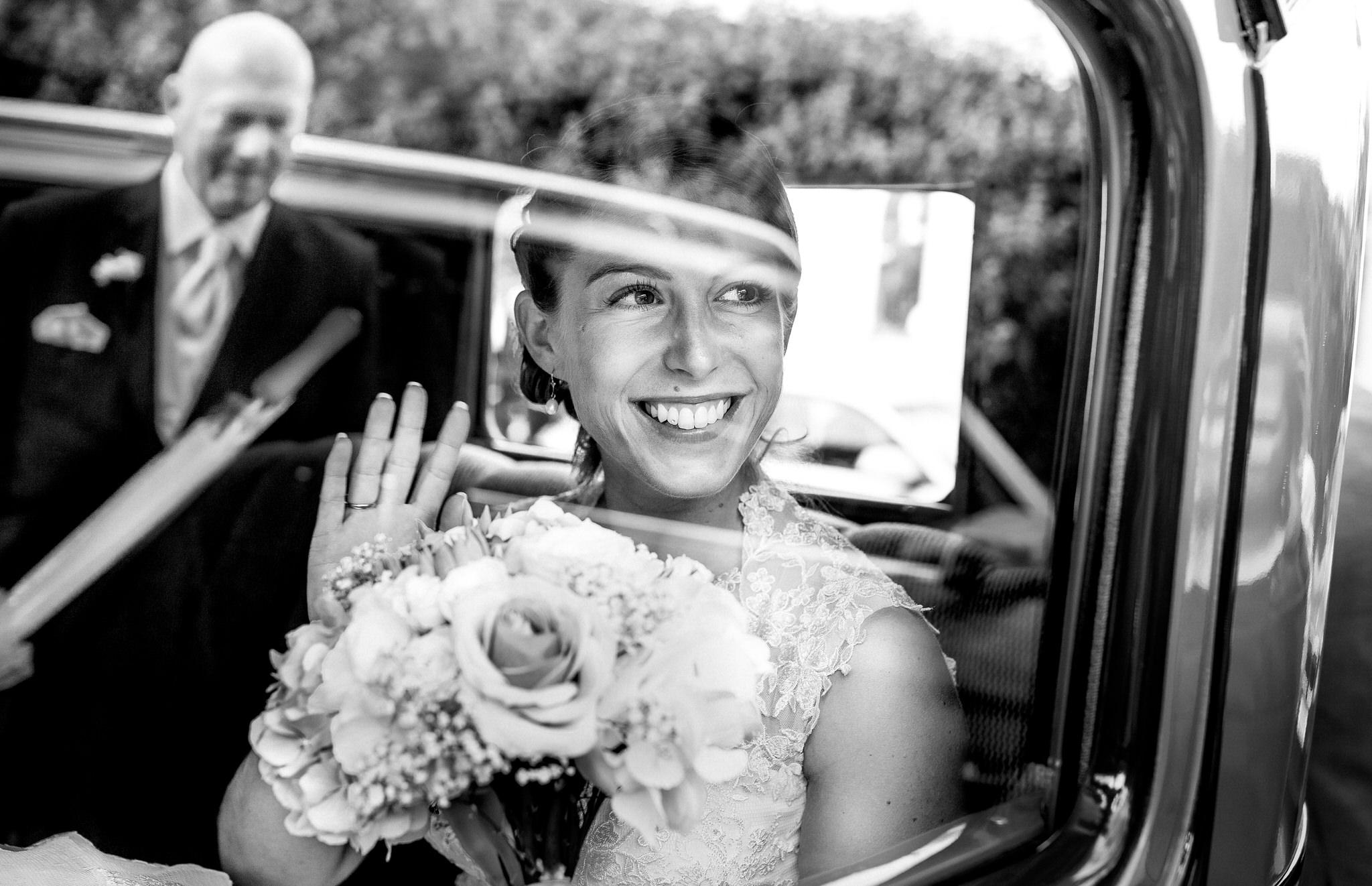 la mariée salut son papa en souriant