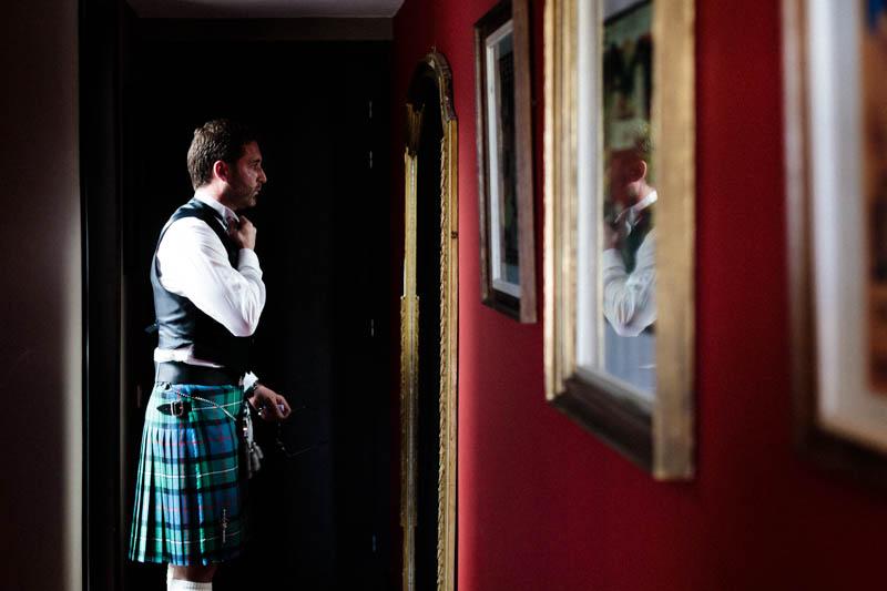 12 le marié se regarde dans le miroir