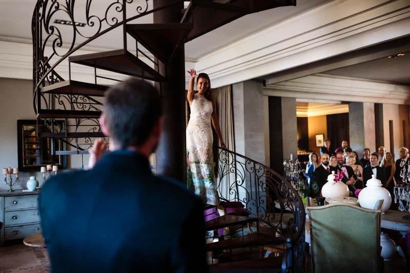 34 la mariée descend les escaliers à Dar Nanka