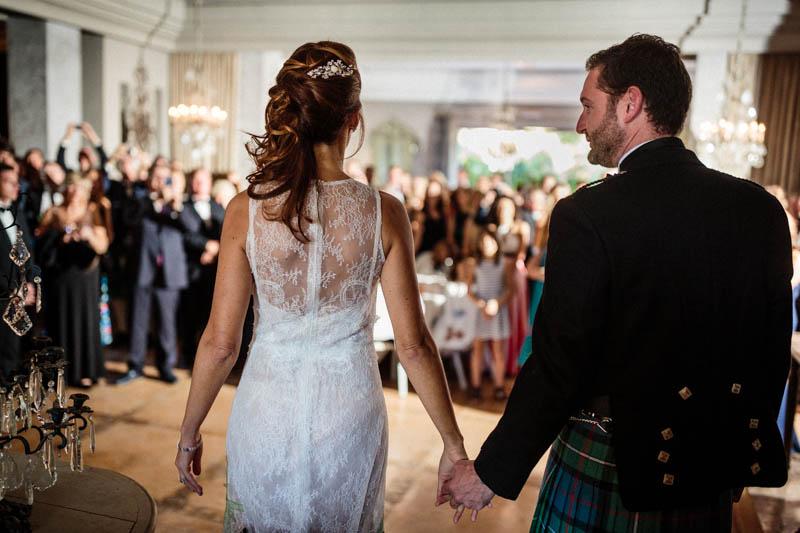 36 les mariés marchent main dans la main