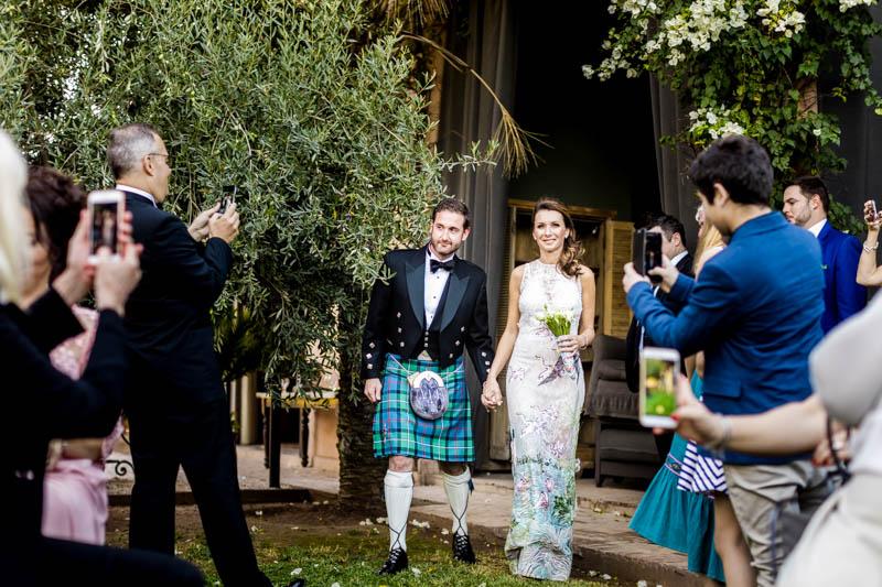 38 les mariés arrivent à la cérémonie laique