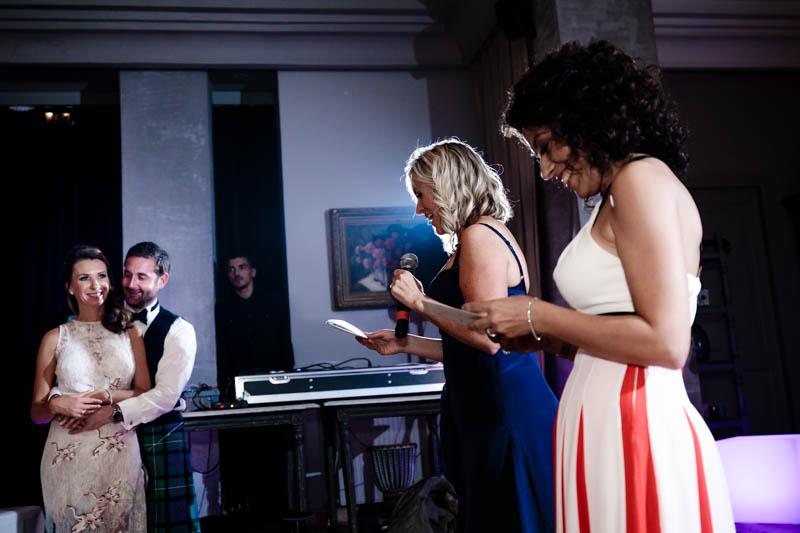 62 les mariés écoutent un discours