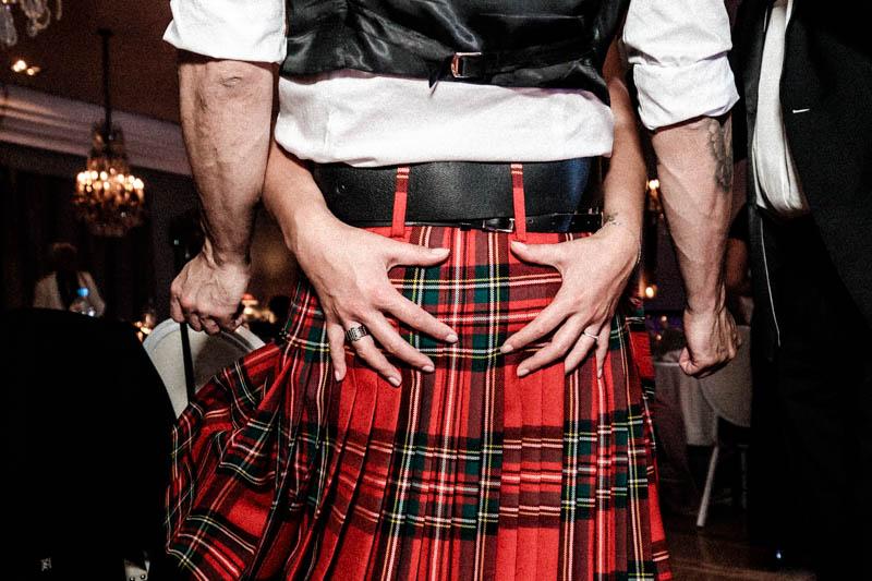 76 mains sur les fesses en kilt écossais