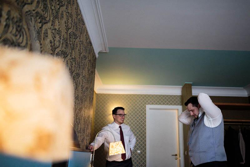 le marié se prépare à l'hotel parc belair