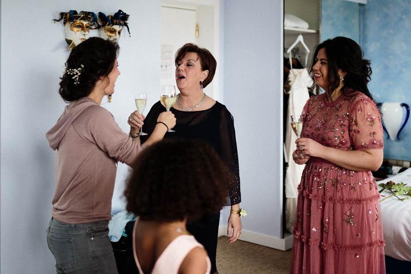 la mariée trinque avec sa maman