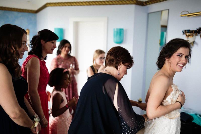 on assiste la mariée pour mettre la robe à l'hotel parc belair de luxembourg ville