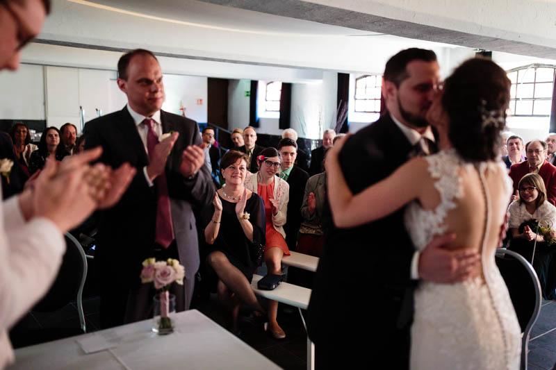 applaudissement des mariés qui s'embrassent