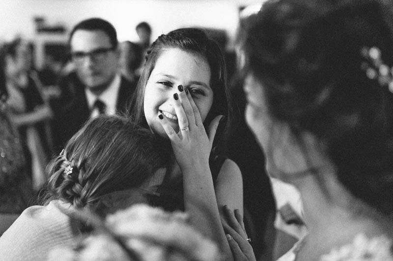 une petite fille verse une larme après la cérémonie de mariage