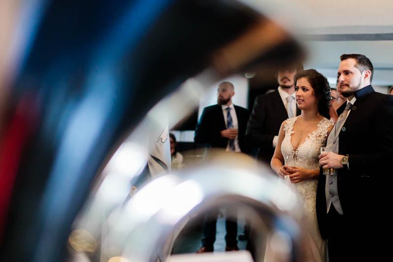 les mariés écoutent l'orchestre
