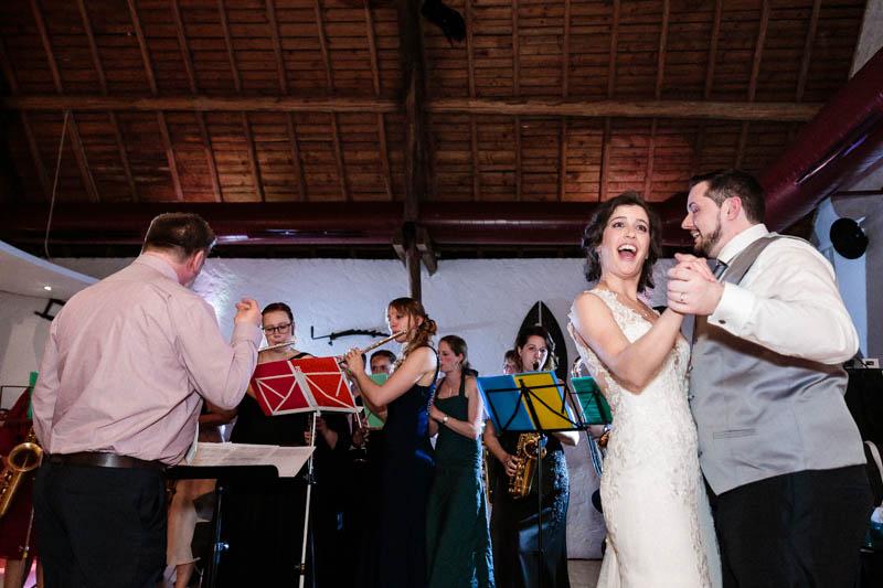 les mariés dansent au son de l'orchestre