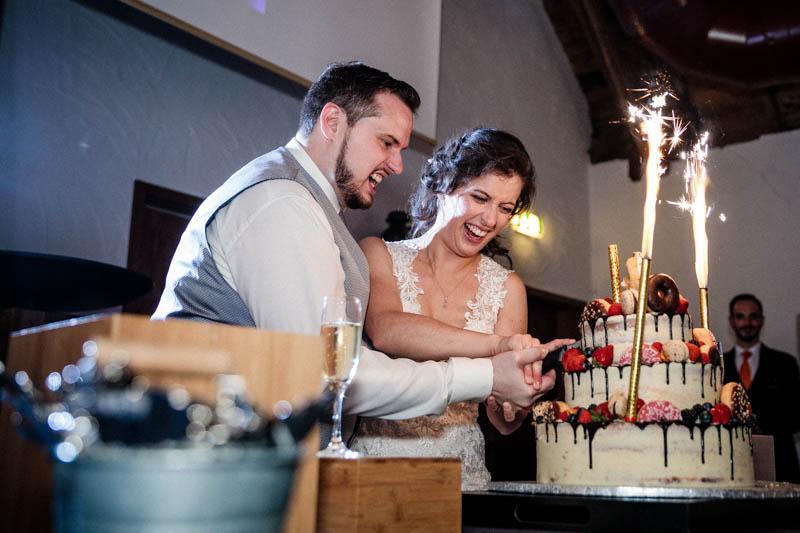 on coupe le gâteau de mariage au Greiwels Haff de Bertrange