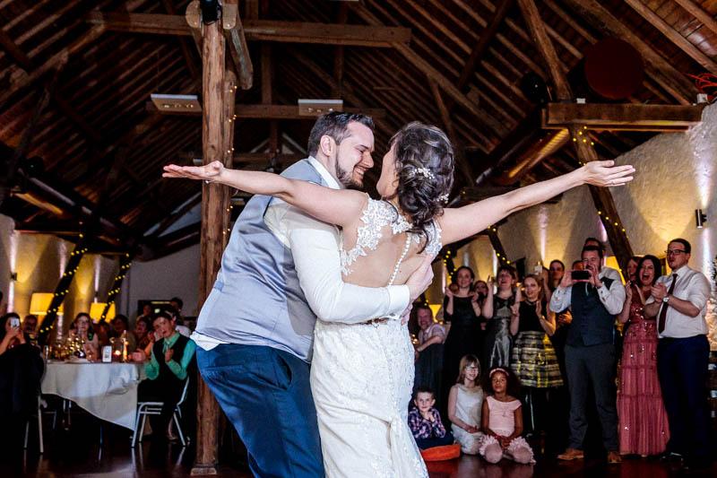 fin de la première danse spectaculaire des mariés