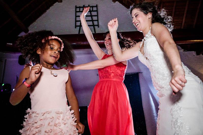 on danse pendant la soirée de mariage