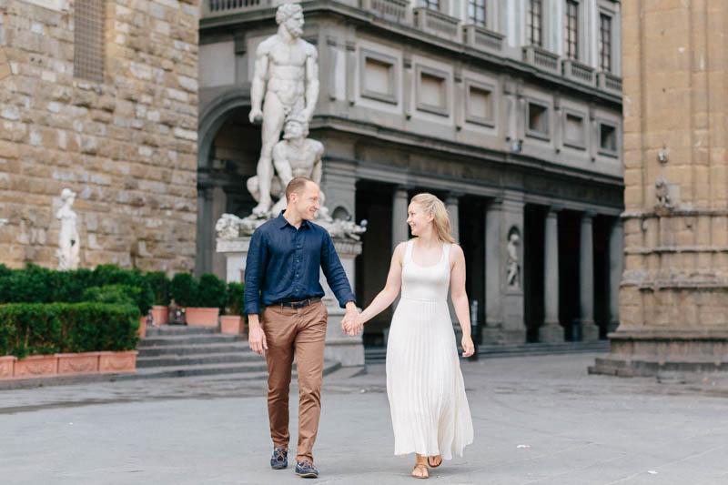 couple se tenant la main dans florence
