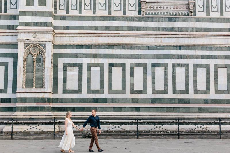 couple marche devant le mur au décoration de la renaissance
