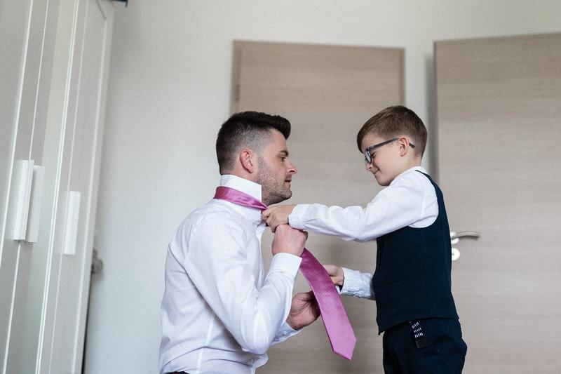 petit garçon aide son papa à nouer sa cravatte