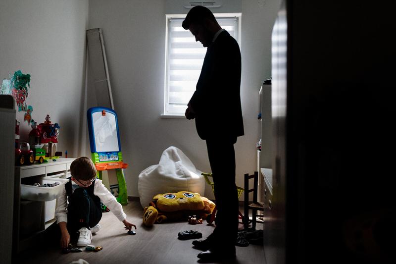 le marié se prépare dans la chambre de son fils