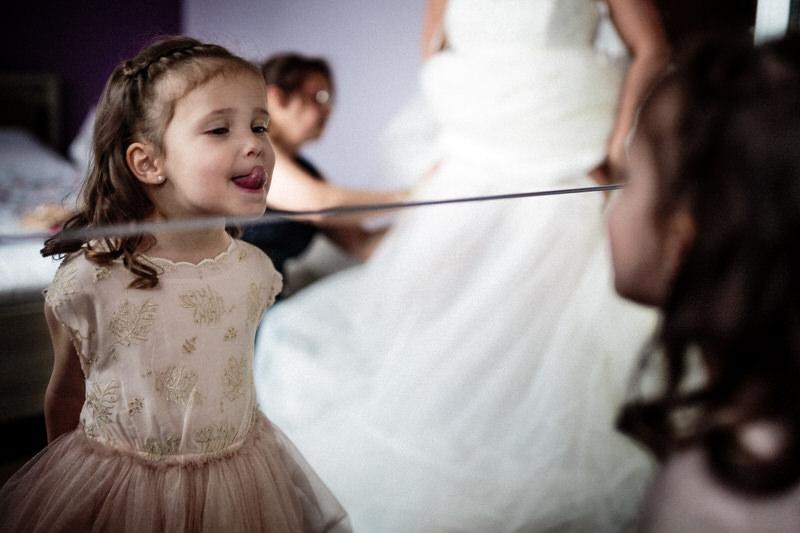 petite fille se regarde dans le miroir