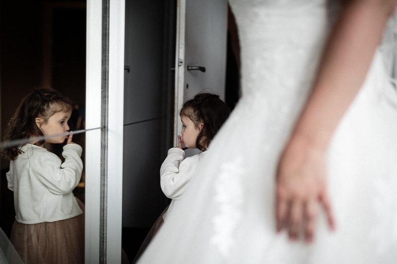 la mariée se prépare avec sa fille