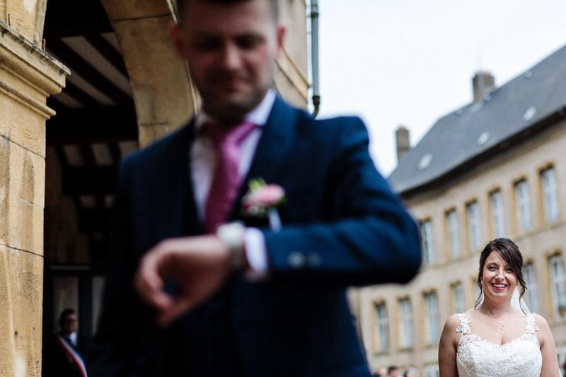 le marié regarde sa montre en attendant sa future femme