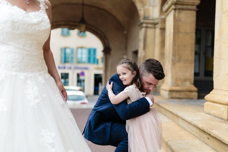 embrassade d'un père et sa fille