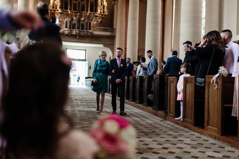 entrée du marié au bras de sa maman