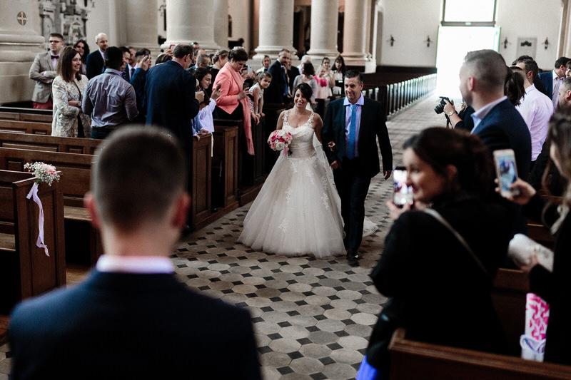 la mariée fait son entrée dans l'église