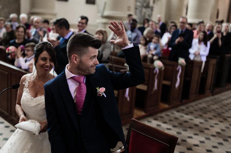 le marié montre son alliance aux invités