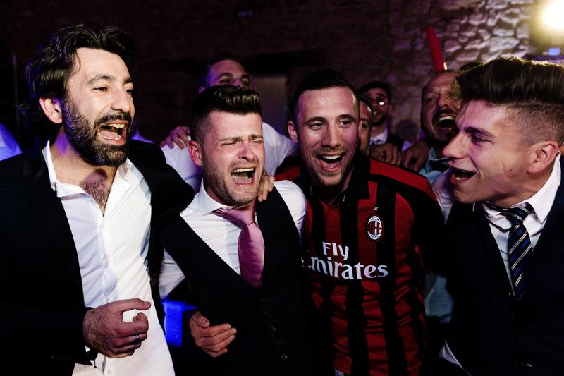 les hommes chantent lors d'un mariage