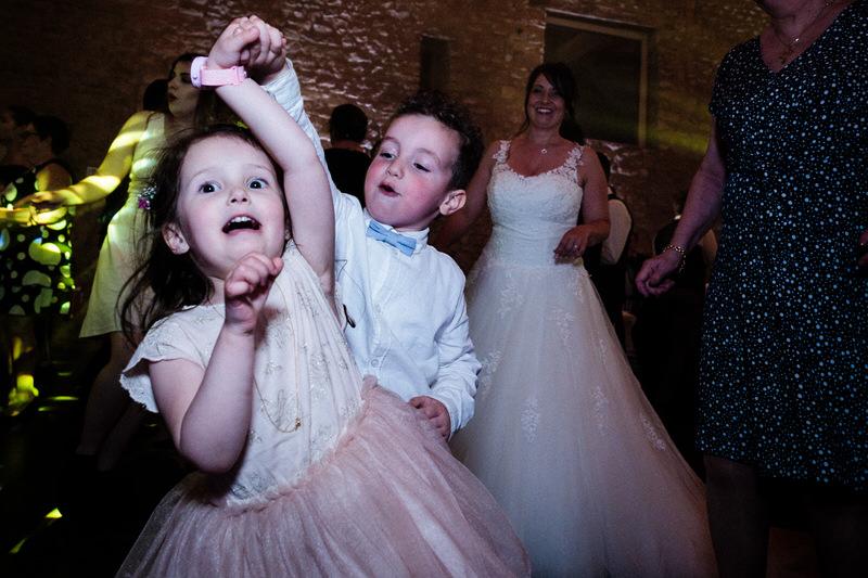 les enfants s'amusent sur la piste de danse du chateau de preisch